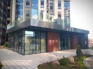 Стеклянный фасад внутриквартального кафе
