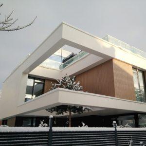 Современный дом зимой