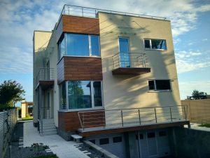 дом с двумя гаражами