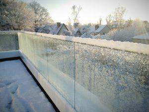 Стеклянные ограждения зимой
