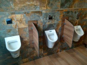 Перегородки в общественном туалете