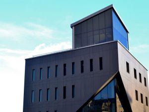 Клиника Боли с фасадом из керамогранита