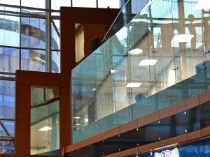 Стеклянные ограждения в здании