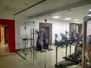 Стеклянные двери в спортзале