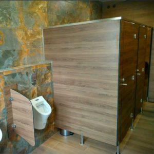 Сантехнические кабины в туалете