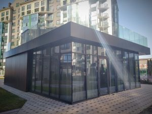 наружный дизайн внутриквартального здания темного цвета