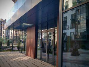 вход в современное здание