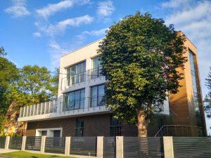 Здание с участком и деревом