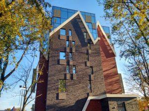 современное здание с торца
